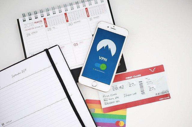 cestovní potřeby a telefon s aplikací