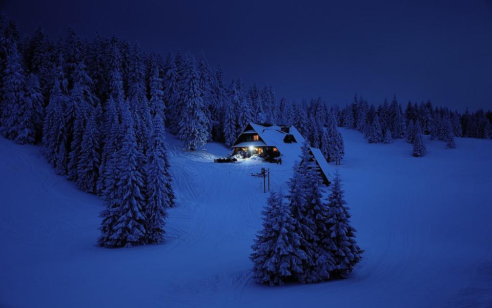 dům u lesa v zimě