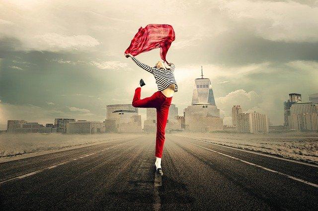 dívka uprostřed silnice