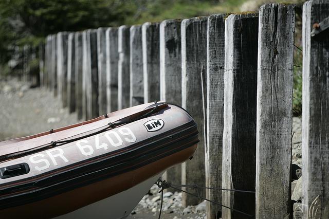 člun u Máchova jezera